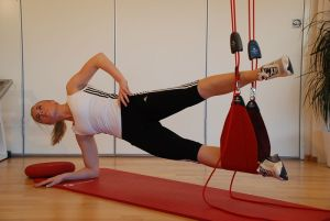 This is a suspended side plank--- a great, full-body abdominal exercise.  By Slyngebehandling via Wikimedia Commons.